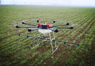 """喷农药进入智能时代:""""飞手""""控制无人机 一天植保300亩"""